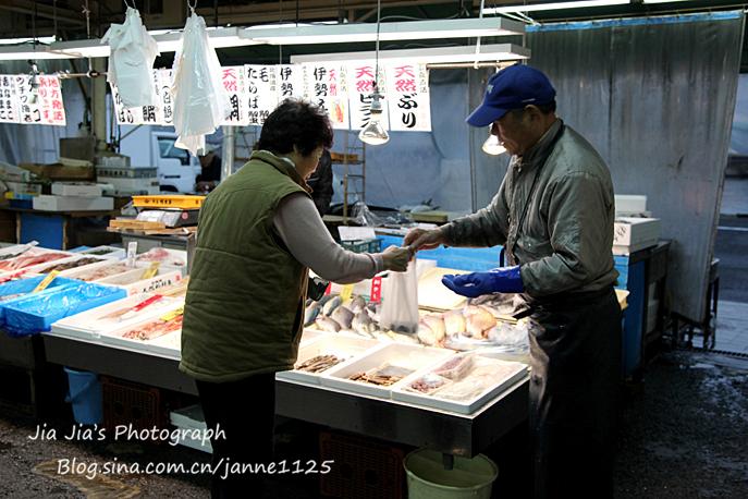 """日本菜市场十分重视""""卖相"""",果菜鱼肉等都处理的干干净净,摆放的整整齐齐。"""