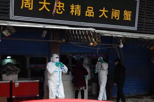 防疫工作人员对华南海鲜市场进行检查